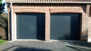 Portes de garage sectionnelles lisses gris anthracite